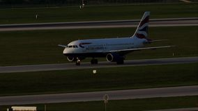 British Airways Airbus que lleva en taxi en el aeropuerto de Munich, primavera almacen de video