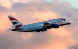 British Airways Airbus A380 que sale en la puesta del sol fotografía de archivo libre de regalías