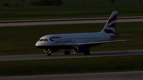 British Airways Airbus que taxiing no aeroporto de Munich, mola