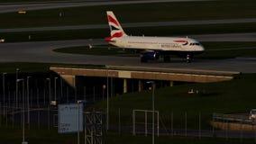 British Airways Airbus que taxiing no aeroporto de Munich, mola vídeos de arquivo