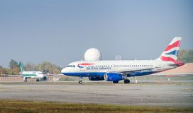 British Airways Airbus A320-200 roulant au sol à l'aéroport du ` s Linate de Milan Photos stock