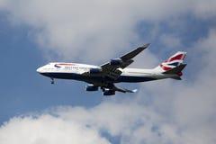 British Airways Boeing 747, das für die Landung an internationalem Flughafen JFK in New York absteigt Stockbild