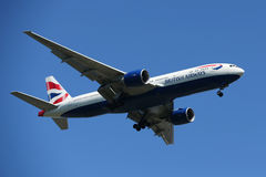 British Airways Boeing 777 descendant pour débarquer à l'aéroport international de JFK à New York Photographie stock