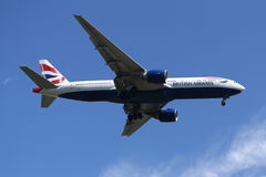 British Airways Boeing 777 descendant pour débarquer à l'aéroport international de JFK à New York Image stock