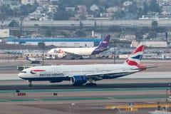 British Airways Boeing 777-236/ER G-YMMU som ankommer på San Diego International Airport Royaltyfria Bilder
