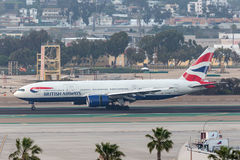 British Airways Boeing 777-236/ER G-YMMU som ankommer på San Diego International Airport Arkivfoto