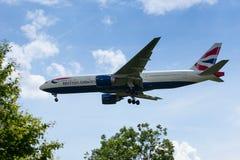 British Airways Boeing 777 laag op Benadering van de Luchthaven van Heathrow royalty-vrije stock foto's