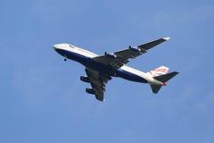British Airways Boeing 747-400 in New- Yorkhimmel vor der Landung an JFK-Flughafen stockfoto