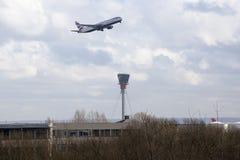 British Airways Boeing 767 que saca en el aeropuerto de Heathrow fotos de archivo