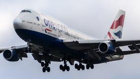 British Airways Boeing 747 som ankommer på den Heathrow flygplatsen Arkivfoton