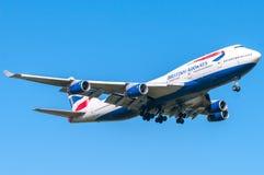 British Airways Boeing 747 under landning på Heathrow Fotografering för Bildbyråer