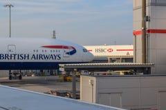 British Airways flygplan parkerade på den London Heathrow flygplatsen i sommar arkivbild