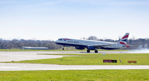 British Airways-Luchtbus A321-231 die bij de Luchthaven het UK landen van Manchester Royalty-vrije Stock Foto