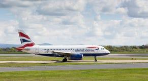 British Airways-Luchtbus A319-131 die bij de Luchthaven van Manchester voorbereidingen treffen op te stijgen Stock Foto