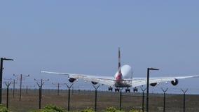 British Airways-Passagierflugzeug, das vorbei auf Flughafen-Endanflug fliegt stock video