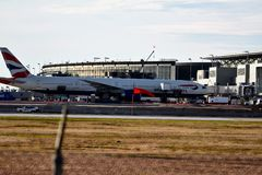 British Airways samolot Parkujący przy Lotniskową bramą zdjęcia stock