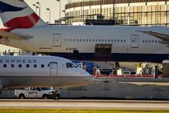 British Airways samolot Parkujący przy Lotniskową bramą obrazy stock
