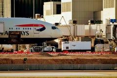 British Airways samolot Parkujący przy Lotniskową bramą fotografia stock