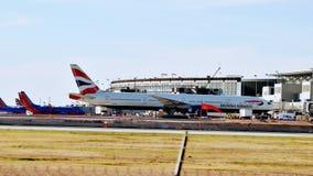 British Airways samolot Parkujący przy Lotniskową bramą obraz stock