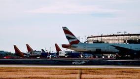 British Airways samolot Parkujący przy Lotniskową bramą zdjęcia royalty free