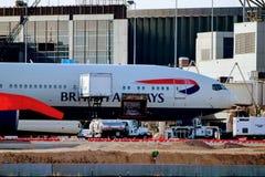 British Airways samolot Parkujący przy Lotniskową bramą obrazy royalty free