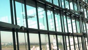 British Airways samoloty na pasa startowego fartuchu przy i zdejmować, Heathrow lotnisko, Śmiertelnie Pięć, Londyn, Anglia zdjęcie wideo