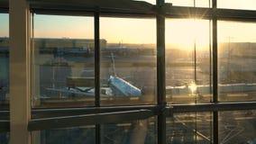 British Airways samoloty na pasa startowego fartuchu przy wschodem słońca, Heathrow lotnisko, Terminal Pięć, Londyn, Anglia zdjęcie wideo