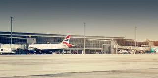 British Airways surfacent dans l'aéroport Schiphol d'Amsterdam Photos libres de droits