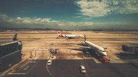 British Airways- und Rougeflugzeuge nähern sich Flughafenabfertigungsgebäude Stockfotografie