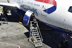 British Airways voyagent en jet, fermant la trappe de chargement Images libres de droits