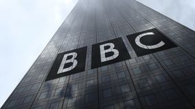 British Broadcasting Corporation-BBCembleem op een wolkenkrabbervoorgevel die op wolken, tijdtijdspanne wijzen Het redactie 3D te stock illustratie