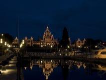 British Columbia lagstiftande församling som tänds på natten Fotografering för Bildbyråer