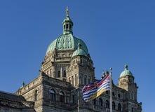 British Columbia parlamentbyggnad och F. KR. flagga Victoria F. KR. Kanada Arkivfoton