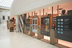 British Museum shoppar den stora domstolinre, bok i London Arkivfoton