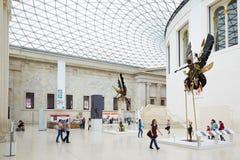 British Museum stora domstolinre, folk och turister i London Arkivfoto