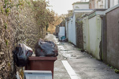 Brits Backstreet With Waste Bins Royalty-vrije Stock Foto