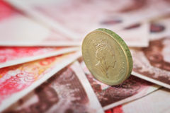 Brits pondmuntstuk op Britse pondbankbiljetten Stock Afbeeldingen