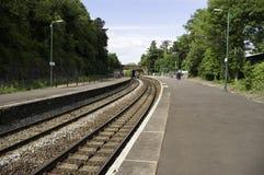 Brits spoorweg/station in de voorsteden Stock Foto