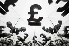 Brits Valutasymbool met velen die Beelden van zich weerspiegelen stock afbeeldingen