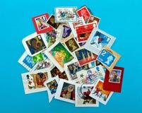 Brits zegelassortiment, nog op envelop, op blauw royalty-vrije stock afbeelding