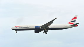 Britse Aiways Boeing die 777-300ER bij Changi Luchthaven landen Royalty-vrije Stock Foto's