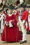 Britse ambtenaar en dame in rode kleding Stock Foto's