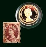 Britse bruine zegel met portret van Elizabeth II en Australische Gouden soeverein van 1980 op zwarte achtergrond Stock Foto