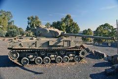 Britse die Centurion tank bij het gedenkteken in Katzrin wordt geïnstalleerd stock afbeeldingen