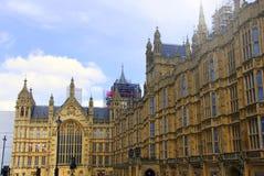 Britse Huizen van het Parlement op een bewolkte dag met in aanbouw Big Ben op achtergrond stock afbeelding