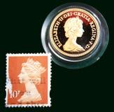 Britse lichtbruine zegel met portret van Elizabeth II en Australische Gouden soeverein van 1980 op zwarte achtergrond Royalty-vrije Stock Foto