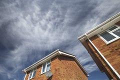 Britse Losgemaakte Huizen op Bewolkte Hemelachtergrond stock afbeeldingen