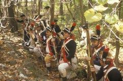 Britse militairen tijdens het Historische Amerikaanse Revolutionaire Oorlogsweer invoeren, Dalingskamp, Nieuwe Windsor, NY Stock Foto's