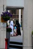 Britse Moslimfamilie met kind bij de moskee Londen Engeland van het Regentenpark royalty-vrije stock afbeelding