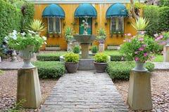 Britse Plattelandshuisje en Tuin in botanisch park stock afbeelding